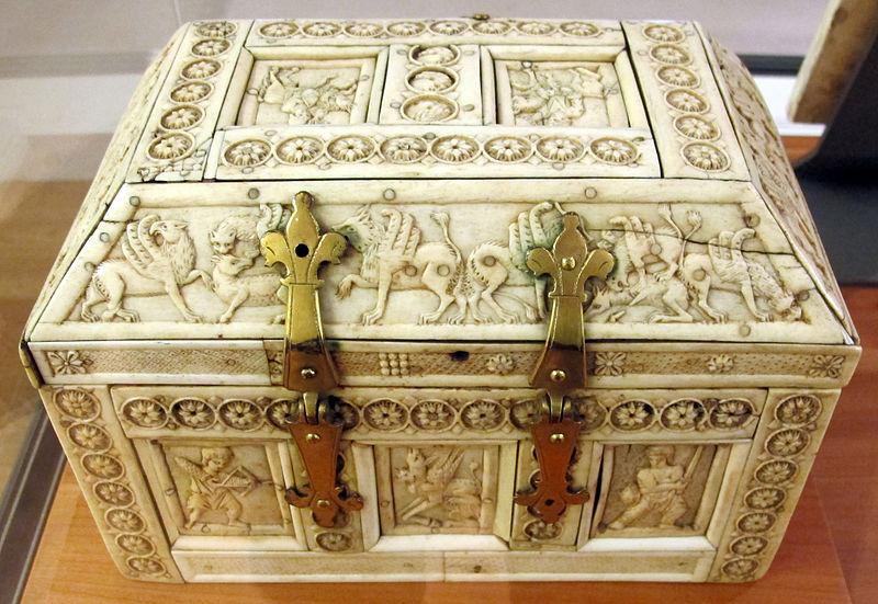 File:Costantinopoli, cofanetto decorato a rosette e scene mitologiche, X-XI sec. 02.JPG