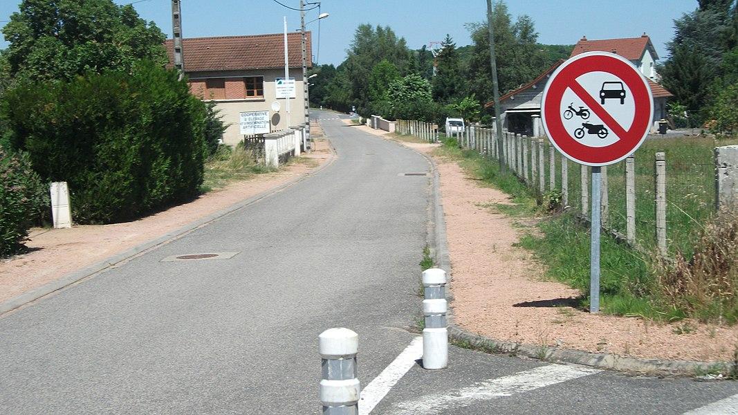 A street in Creuzier-le-Neuf (rue de la Mairie)