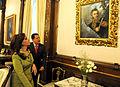 Cristina y Chavez observan a San Martín.jpg