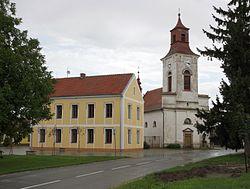 Cvrčovice (okres Brno-venkov) - centrum obce s kostelem.jpg