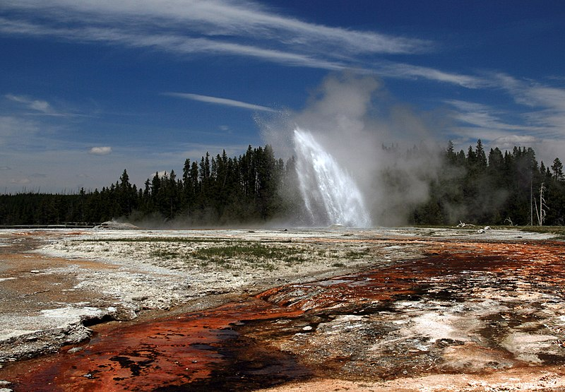 Fichier:Daisy Geyser erupting in Yellowstone National Park edit.jpg