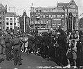 De vele ovaties van duizenden landgenoten op De Dam bij het vertrek van de konin, Bestanddeelnr 900-0051.jpg