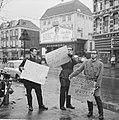 Demonstranten met borden tegen het bezoek van President De Gaulle te Amsterdam, Bestanddeelnr 914-9316.jpg