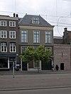 foto van Hoog pand met koetspoort van eenvoudige doch harmonische architectuur