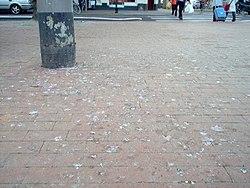 Duivenpoep op de openbare weg: https://nl.wikipedia.org/wiki/Faecalien