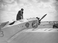 ETH-BIB-Pilotin Elly Beinhorn beim Arbeiten an ihrem Flugzeug, einer Klemm Kl 26, am Kap Juby-Tschadseeflug 1930-31-LBS MH02-08-1039.tif