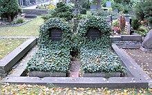 Ehrengrab von Joseph Joachim in Berlin-Westend, links das Grab von Amalie Joachim (2010); die Ehrengrab-Markierung bezieht sich hier noch auf beide Gräber (Quelle: Wikimedia)
