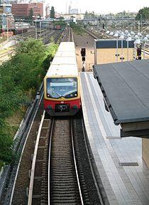 EinfahrendeSBahn BahnhofBerlinBeusselstrasse.jpg