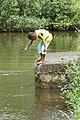 Enfant trempant un fil dans la rivière Malanza (São Tomé).jpg