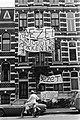 Exterieur van het bezette gebouw, behangen met spandoeken, o.a. Wij ouders pikk, Bestanddeelnr 930-3366.jpg