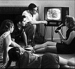 Familia vizionând televiziunea 1958 cropped2.jpg