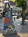 Farbenfrohe Skulptur vor Rathaus Nußloch.JPG