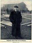 Flugtechniker Armand Zipfel auf dem Aufstiegsplatz (Tempelhofer Feld), 1909.jpg