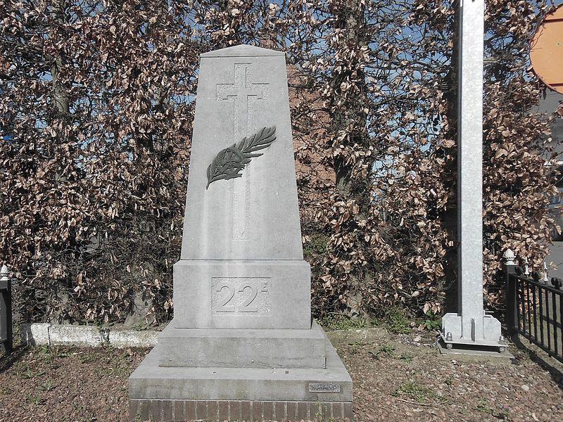 """Een zuil met opschrift """"22 E"""" en een bronzen palmtak en onduidelijk eenheidskenteken over een omgekeerd zwaard"""