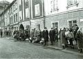 Gneča na avtobusnem postajališču na Glavnem trgu 1965.jpg