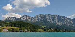 Höllengebirge (NW side) from Attersee.jpg