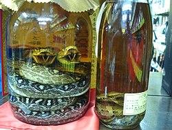 Des bouteilles de habushu, un alcool dans lequel trempe un habu