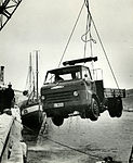 Havnevesenets bil heises opp fra sjøen (1965).jpg