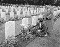 Herdenking strijd Arnhem, Airbornekerkhof, schoolkinderen versieren graven, Bestanddeelnr 906-7259.jpg