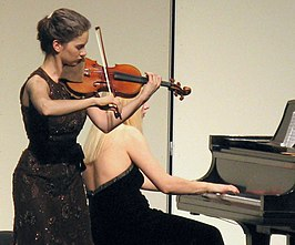 Hilary Hahn (links) met Valentina Lisitsa (2009)