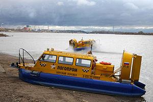 Hivus-10 hovercraft working at Nizhniy Novgorod-Bor crossing.JPG