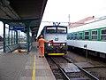 Hradec Králové hlavní nádraží, rychlík a posunovač s praporkem.jpg