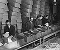 Inpakken van pakketten voor het Commissariaat voor Gerepatrieerden uit Nederland, Bestanddeelnr 901-4121.jpg
