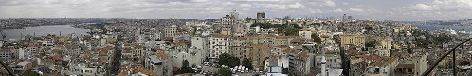 منظر عام لمنطقة التقسيم في إسطنبول، تظهر فيها المباني المُشادة وفق النمط المعماري التراثي.