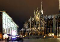 Kölner Dom - Nordseite und Bahnhofsvorplatz bei Nacht - Ausschnitt (8117-19).jpg