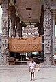Kanchipuram-12-Ekambareswarar-Tempel-Saeulenhalle-Junge-1976-gje.jpg