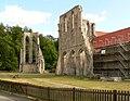 Kloster Walkenried zwei Gebäudereste mit Zaun.jpg