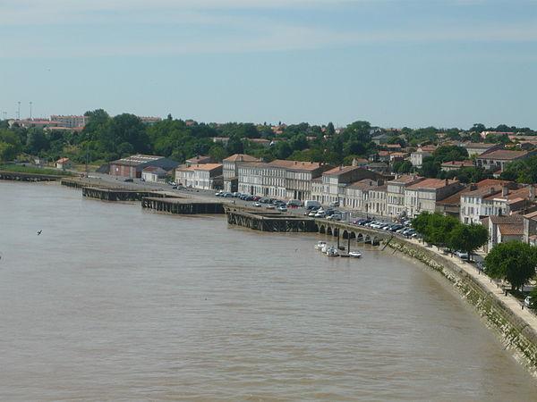 Vue générale sur le port et une partie de la ville depuis le pont suspendu sur la Charente.