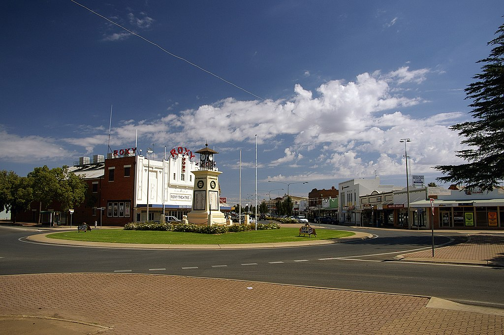 Leeton Australia  city images : Leeton War Memorial, The Roxy Community Theatre and Pine Avenue.