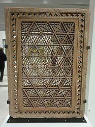 Français: Écran de fenêtre («jali») à décor géométrique
