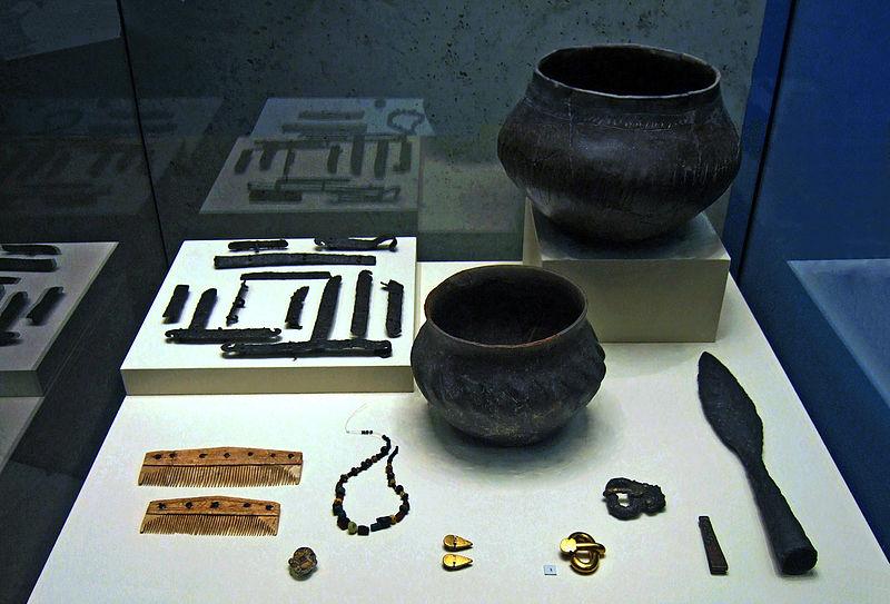 File:Lombard child's grave goods from Szólád, Hungary.jpg