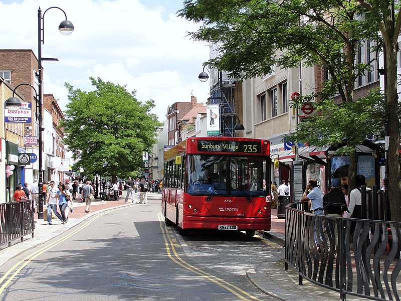 File:London Bus route 235 Hounslow High Street.jpg