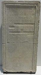 Français: Inscription en latin, règlement des joueurs de cor du camp miliaire de la 3e légion Augusta