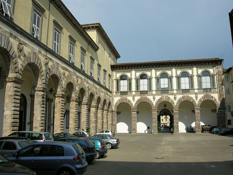File:Lucca, palazzo ducale, cortile 11.JPG