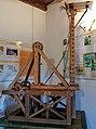 Macchina per lanciare saette con sistema di propulsione ad impulso dotata di alzo variabile di Leonardo da Vinci in una mostra su Leonardo da Vinci al Mulino di Mora Bassa - Morabassa.jpg