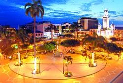 Machala - parque central de noche.jpg