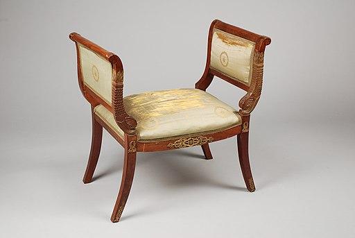 Tabouret néo-Empire, produit entre 1875 et 1920 mais imitant le style Empire