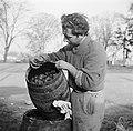 Man met een vat met kolen, Bestanddeelnr 252-9478.jpg