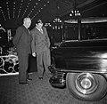 Mannen bij een auto in restaurant Wivex waar een autoshow wordt gehouden, Bestanddeelnr 252-9162.jpg
