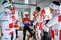 Mathieu van der Poel wacht samen met ploeg (Corendon-Circus) om het startblad te tekenen in Roeselare, Dwars door Vlaanderen 2019 - fotograaf Lieven De Cock.jpg