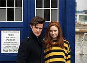 Le 11e Docteur et Amy Pond devant le TARDIS.