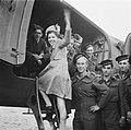 Meisje stapt in vliegtuig omgeven door soldaten en matrozen, Bestanddeelnr 900-7349.jpg