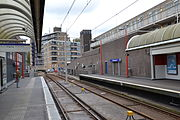 Metrostation Ambachtsland tussen de gebouwen.