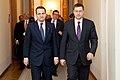 Ministru prezidents Valdis Dombrovskis tiekas ar Polijas ārlietu ministru Radoslavu Sikorski (8471295078).jpg