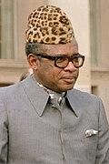 photo portrait d'un homme coiffé d'une toque en peau de léopard, portant lunettes