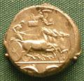 Moneta d'argento di siracusa, 415-400 ac. circa, biga e iscrizione euainetos su una targa retta da nike.JPG